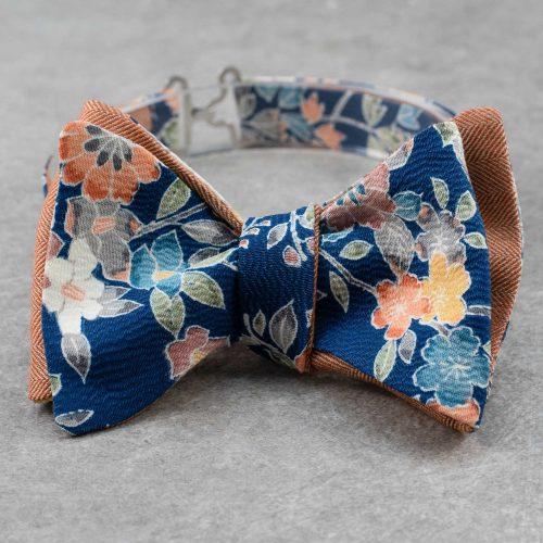Papillon da uomo sartoriale da annodare - Seta giapponese ricavata da un kimono vintage fantasia floreale blu da cerimonia 100% Made in Italy