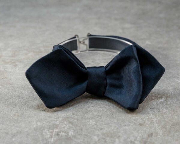 Papillon a punta di diamante da annodare sartoriale - Seta mikado blu scuro - Elegante farfallino da cerimonia 100% Made in Italy ideale per lo sposo con smoking