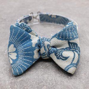 Papillon da uomo sartoriale da annodare - Seta giapponese ricavata da un kimono vintage azzurro floreale blu - farfallino da cerimonia Made in Italy. Il papillon perfetto per lo smoking