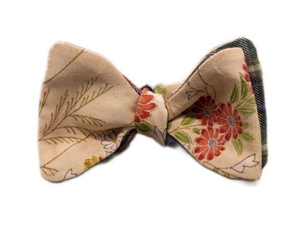 Papillon da uomo sartoriale da annodare - Seta giapponese ricavata da un kimono vintage floreale avorio verde rosso - Farfallino da cerimonia Made in Italy