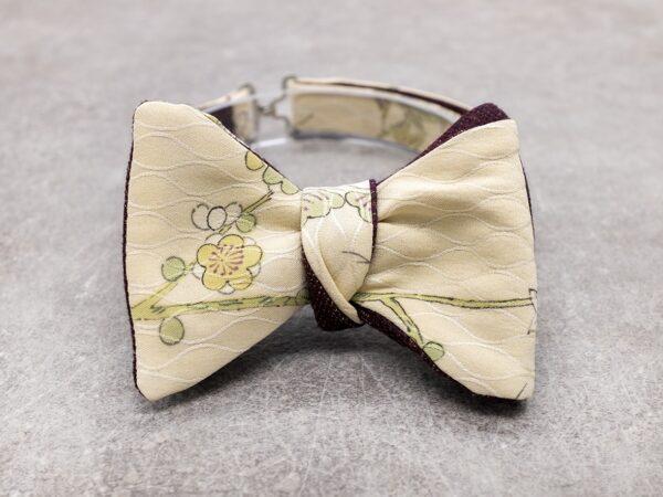 Papillon da uomo sartoriale da annodare - Seta giapponese ricavata da un kimono vintage floreale avorio fiori verde e rosso borgogna - Farfallino da cerimonia 100% Made in Italy per lo sposo boho chic