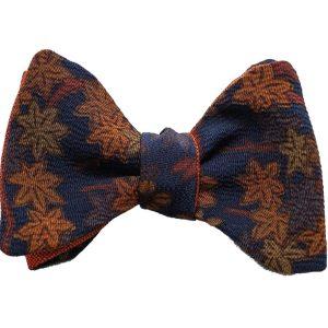 Papillon da uomo sartoriale da annodare - Seta giapponese ricavata da un kimono vintage floreale blu ruggine e verde - farfallino da cerimonia Made in Italy papillon per lo sposo boho chic da abbinare ad uno smoking blu