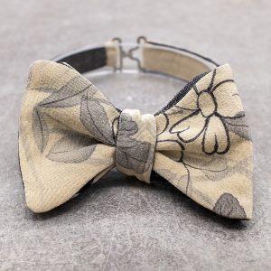 Papillon da uomo sartoriale da annodare - Seta giapponese ricavata da un kimono vintage floreale beige e grigio - Farfallino da cerimonia 100% Made in Italy papillon per lo sposo boho chic