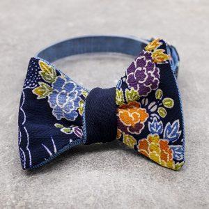 Papillon da uomo sartoriale da annodare - Seta giapponese ricavata da un kimono vintage floreale - blu azzurro arancio farfallino da cerimonia Made in Italy papillon per lo sposo boho chic da abbinare ad uno smoking blu