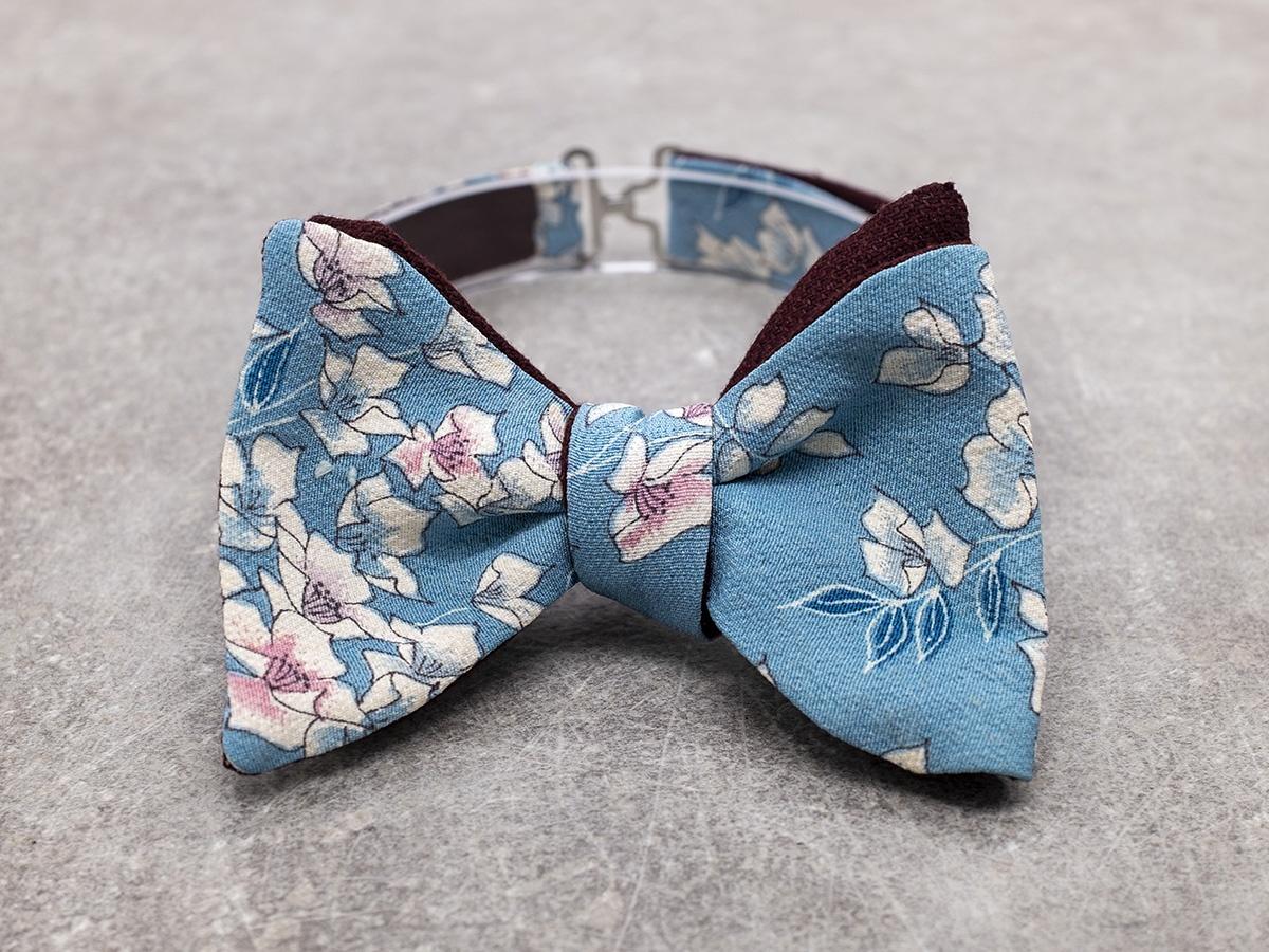 Papillon da uomo sartoriale da annodare - Seta giapponese ricavata da un kimono floreale azzurro rosa bordeaux - Farfallino da cerimonia Made in Italy