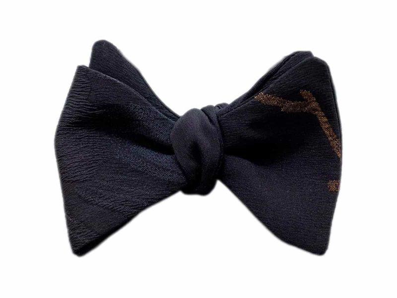 Papillon da uomo sartoriale da annodare - Seta giapponese ricavata da un kimono vintage floreale nero oro black tie - Farfallino da cerimonia Made in Italy papillon per sposo e matrimonio. Il papillon perfetto per lo smoking dress code black tie