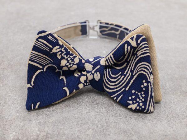 Papillon da uomo sartoriale da annodare - Seta giapponese ricavata da un kimono vintage floreale blue e crema - Farfallino da cerimonia 100% Made in Italy papillon di lusso