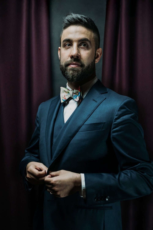Primo piano di Diego Ceccobelli in abito elegante e papillon Banderari
