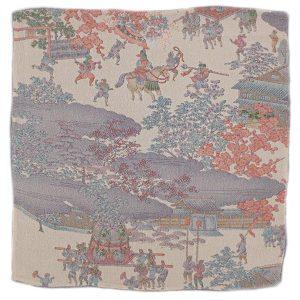 Fazzoletto da taschino in seta giapponese fantasia paesaggio del periodo Edo con figure animate bianco avorio , viola, corallo.
