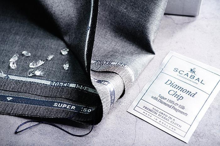 Un dettaglio del tessuto Scabal Diamond Chip e della sua etichetta, utilizzato per la realizzazione del papillon Banderari Casanova